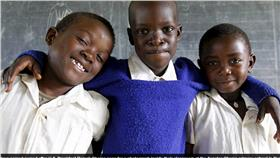男童 翻攝每日郵報 http://www.dailymail.co.uk/news/article-3168114/Kenya-welcome-Obama-home-continent-feels-ignored.html