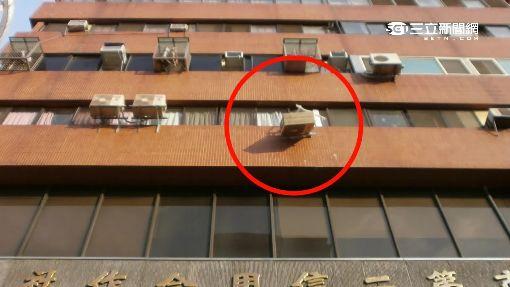 4樓裝冷氣失足墜 男壓垮轎車車頂