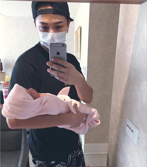 楊銘威抱女兒 圖/翻攝自楊銘威臉書
