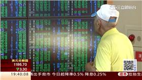 一名老翁正在號子看盤,股市,台股,財經