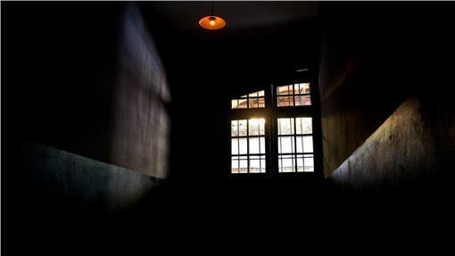 囚禁-監獄-https://www.flickr.com/photos/staffanscherz/9057005334/in/photolist-eNkw9o-bNLFPa-7PFM1u-9sWd2M-KLZfE-dV5BnG-89H6wj-4LFjTm-4cKXpi-qwNvRT-9hWi2A-9sWd4e-qn1bAM-oumNWs-4mK6Lb-bNLEeB-6b3zaf-5wjANj-5xtiJ3-aEwZFR-9S5rMa-gWwadj-fmBh9z-eeqgb2-eeqi5i-eew1n7-e5jDoF-8wV4oy-eeqijx-bH4adD-eew2Bh-eeqhTi-eew1YJ-juNbnz-dbvScU-6iknRn-aEoGcr-5BYT9N-2NrJzc-4UksXp-fvQS77-bum9cC-phhrg3-6MtNE1-fmBGYP-5xtiJS-6PGrAd-fnZc89-6gZ6BL-5MQBX9