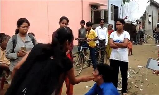 印度女子反跟蹤變態 打得他下跪求饒 圖/擷取自每日郵報http://www.dailymail.co.uk/news/article-3211890/Now-S-girl-power-Woman-takes-revenge-man-molested-slept-tracking-help-Indian-women-s-group.html