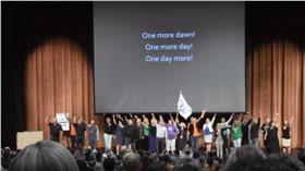美國學校開學前,老師高唱悲慘世界(圖/翻攝自YouTube_Flash Mob