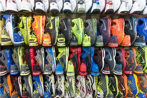 跑鞋,鞋店 flickr-Tristan Schmurrhttps://www.flickr.com/photos/kewl/13902057323/in/photolist-nbtFiv-oyCFLv-7JwNjk-oP5TFf-61R9rk-5M51mW-6EdPgr-cTSn6Y-8avVr7-wsum1w-snYb3y-fHTCd4-fJb5k7-fJbdBW-aVoWVx-2SDcyn-93pzf4-jsQjNG-6q6Eem-3aKFzS-ojP58Q-khfnWy-mqxV1r-mqz8vL-euFPe-kH29tY-fHTDxM-fHTCNv-5M26ww-fJb7US-kH29kG-rgWFg-5LWTtZ-mqz4ys-pQ9hsz-mqyXkW-rgWTL-eXSQg4-rgWtp-rgWzd-4zUMR2-s3h7eX-4PT93q-wb9pUQ-rVWfU-dqiUks-73ksQP-kGZAYp-5M26wQ-81siJe