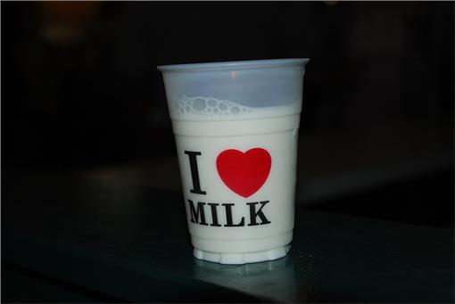 牛奶,鮮奶(圖/攝影者Joe Shlabotnik, Flickr CC License)
