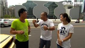 邢峰(左)與主持人聊天。
