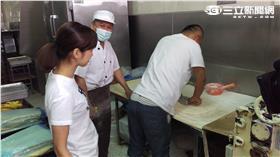 鄭志偉製作蘋果麵包。