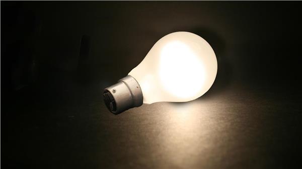燈泡,電力,電價(圖/攝影者Alan Cleaver, Flickr CC License)https://www.flickr.com/photos/alancleaver/2279694390/in/photolist-4ts2HG-pyZBz-f5NAYP-kWDcb2-6x9t1H-ehmWZ1-iUy5uo-74UcRD-4NgE7M-6HUDY1-4WMhaw-5T5Ynp-pMQXff-aZgcF-88uuhq-juAGDb-v46Jh-6qnhiz-yPLnt-8wDsXn-vH1vEW-yPnae-dfkcz3-chRPsu-uoFysu-te8iGF-5oHM46-nq4MXc-5Vsb7Z-fZq4p9-q2hvU-b3FYig-P9BnM-podeAc-pf9iNV-zBisu-7X7Sn4-f9ATeL-otYLnC-qSPzU2-98YEGS-7H3h47-uZLGbg-tp2Y9Q-oiN3Ew-dJbwn7-nCBFuW-7jxA8n-2h1sqx-qqnjYF