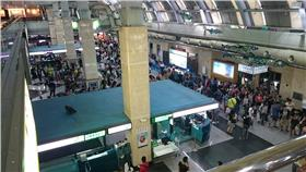 颱風馬公機場人潮 圖/投稿中心 Sharon Hsu提供