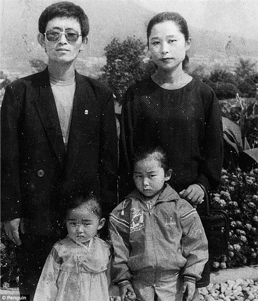 脫北者/每日郵報http://www.dailymail.co.uk/femail/article-3255914/Woman-relives-nearly-raped-trafficker-smuggled-North-Korea-aged-13-saved-mother-offered-instead.html