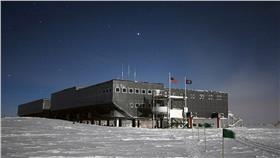 南極 翻攝每日郵報 http://www.dailymail.co.uk/news/article-3261062/Scientists-Antarctica-drink-fights-s-growing-problem.html