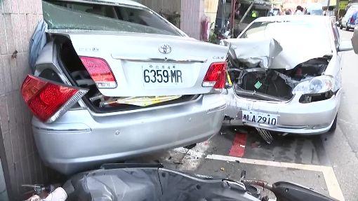 轎車暴衝連撞13車 悚!一家三口被撞飛