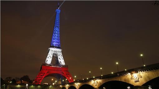 艾菲爾鐵塔(La Tour Eiffel)重啟,並點亮法國旗三色燈光。(圖/路透社/達志影像)