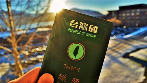 台灣國護照 (圖/翻攝自台灣國護照貼紙粉絲團)
