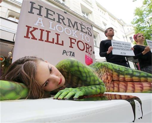 抗議精品使用鱷魚皮製作包包-圖/翻攝自美聯社/達志影像)