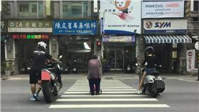 路上看到重機檔車讓阿媽過馬路(圖/翻攝自爆料公社)