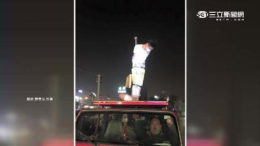 玩過頭!壽星捆保鮮膜 綁車頂遊街