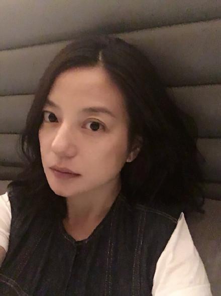 ▲因大雪班機延誤,趙薇受困機場(圖/翻攝自趙薇微博)