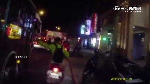 公車硬切險釀禍 騎士當街怒嗆司機
