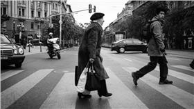 帝王條款,行人,馬路 圖/攝影者Attila Schmidt, Flickr CC License https://www.flickr.com/photos/spenoot/15574799218/