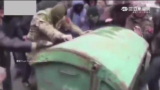 """烏克蘭抗議超火爆 官員被當""""垃圾""""丟包"""