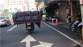 阿伯騎機車在沙發/圖截自爆料公社臉書