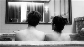 情侶泡湯/圖/攝影者Jerry Lai, flickr CC License  https://www.flickr.com/photos/jerrylai0208/13209788514/