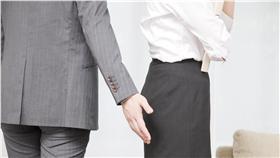 職場性騷擾、襲臀(Shutterstock/達志影像)