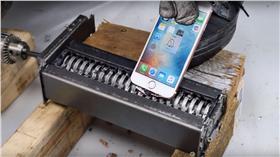 iPhone機體測試,碎紙機 (圖/翻攝自YouTube)