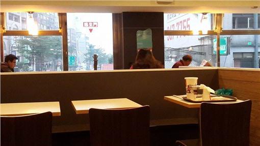 「女生在速食店坐著」的圖片搜尋結果