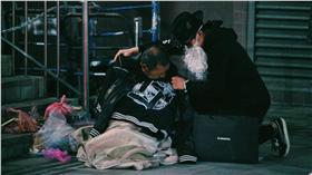 黑色聖誕老人為街友送暖(圖/翻攝自黑色聖誕老人.BLACK SANTA臉書專頁)