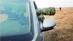 ▲許多攝鳥者帶著「大砲」驅車追逐。(圖/翻攝自法制晚報) http://chinese.gmw.cn/tech/2015-12/21/content_18187526.htm