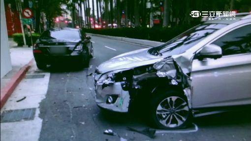 停在停車格也出事...吳克群BMW遭撞凹