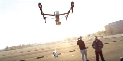 Motorola Droid Turbo 2從高空墜地 (圖/翻攝自YouTube)
