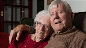 ▲圖/翻攝自《都會報》 http://metro.co.uk/2015/12/28/couple-with-combined-age-of-187-get-engaged-prove-youre-never-too-old-for-love-5587065/