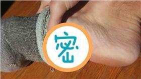 洋蔥塞腳底治感冒-圖/翻攝自《太陽報》