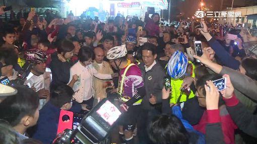 柯P鐵馬行到台南 超商小解被500人包圍