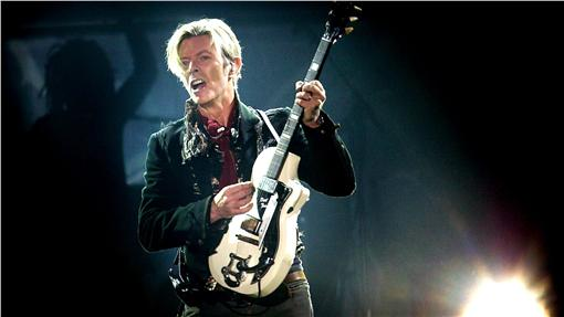 David Bowie(圖/美聯社/達志影像)Rock legend David Bowie performs on stage at Forum, in Copenhagen, Denmark, Tuesday, Oct. 7, 2003. (AP Photo/Nils Meilvang, Nordfoto)