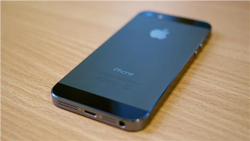 iPhone 5s手機-https://www.flickr.com/photos/janitors/10575698015/in/photolist-h7xdyX-m1DEFM-iHeR7L-4GT7WC-hNbH1B-hNbpgQ-awJrEJ-aUe3BX-59kRGF-fywYC3-uQuKNU-5AL12x-638hbF-71K3o4-8d6Hbq-irCUsc-9gub74-36vQXg-9dUQkw-dfPa28-6nSgZX-9TNLRF-a7GuQ3-8dn7Ur-izmCsu-dfssq4-x8DdS-9fU8GZ-2tCQdS-9fvXxU-9cCP1K-7LKXAh-9cFV91-h7xJBw-24JZX5-gmVujo-pdWpJ3-9cFUeq-9gxgfQ-9A6hRm-u14NaF-98TeeE-gXosmZ-4Cf4Az-dfsfrH-9eFzBZ-785Af1-9d7Hic-9tRA4D-24JZXQ