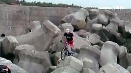 消坡塊上大玩單車 釣客嘖嘖稱奇