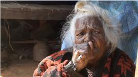 尼泊爾人瑞抽菸95年(圖/翻攝自YouTube)