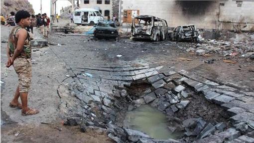 葉門亞丁遭炸彈客攻擊 (圖/翻攝自The New York Times)