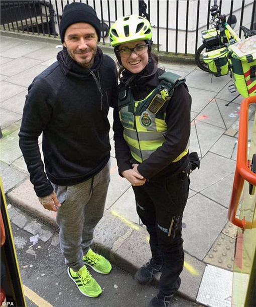 ▲暖男貝克漢。(圖/翻攝自《每日郵報》)http://www.dailymail.co.uk/tvshowbiz/article-3427334/David-Beckham-serves-hot-brew-injured-elderly-man-paramedic.html