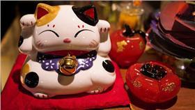 招財貓/flickr-chia ying Yang (https://www.flickr.com/photos/enixii/4696373959/in/photolist-bfEJge-bfPnFp-bfoe8z-bfEJ4Z-bfNA7z-bfEHT6-89oRfB-bgiBvF-7ixsJe-5QWedZ-4p5Rgr-9Bz4bt-bA4ist-2VHg7b-8bBqbu-5WHQsL-eQWeun-8a19mP-4SjkZ-4SjkY-3mgtiz-5aX34a-frbubT-6i9eyT-nDS1wu-6egN4E-87zdA5-9VEYZr-bFNaZP-5R27Zh-5QWR82-9BSvDv-7g4LDe-9ChQ57-9BVsQC-7g8BHG-99AkDm-9ChP1A-9ChNpW-9Ci3Rj-9ByZHP-9Bz2pK-6Uone9-9BVsuq-9BSvmn-pqALYP-7g4E8c-5SxXuM-f7hiG9-4iUhJE)