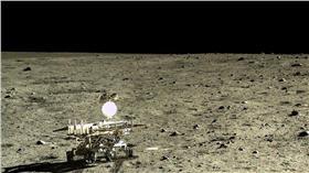 中國國家航天局公布嫦娥3號與玉兔號拍攝的月球 翻攝自每日郵報 http://www.dailymail.co.uk/sciencetech/article-3426677/Explore-moon-s-rocky-terrain-stunning-Chinese-space-agency-lifts-veil-secrecy-make-lunar-lander-images-available-public-time.html#comments