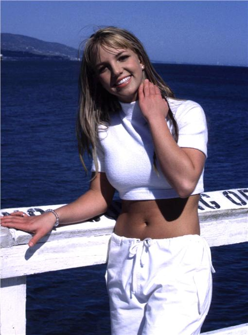 九零年代時尚布蘭妮於《Sometimes》MV中的造型(圖/翻攝自popsugar)http://www.popsugar.com/fashion/photo-gallery/34549777/image/34549781/Britney-Spears-Sometimes-Video-1999