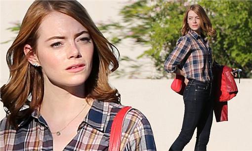 九零年代時尚艾瑪史東 (圖/翻攝自《每日郵報》)http://www.dailymail.co.uk/tvshowbiz/article-3249514/Perfect-plaid-Emma-Stone-shows-lean-legs-skintight-denim-checkered-shirt-set-movie-La-La-Land.html