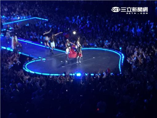 瑪丹娜演唱會披國旗