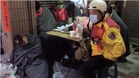 地震,救難隊,休息,累(圖/爆料公社臉書)