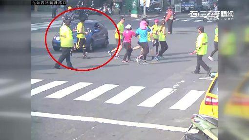 不滿路跑交管 暴怒伯開車衝撞選手群